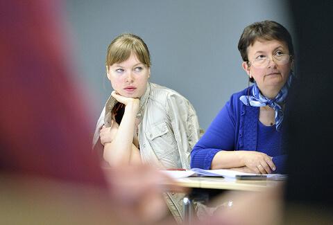 2 women studying during an Enstti training